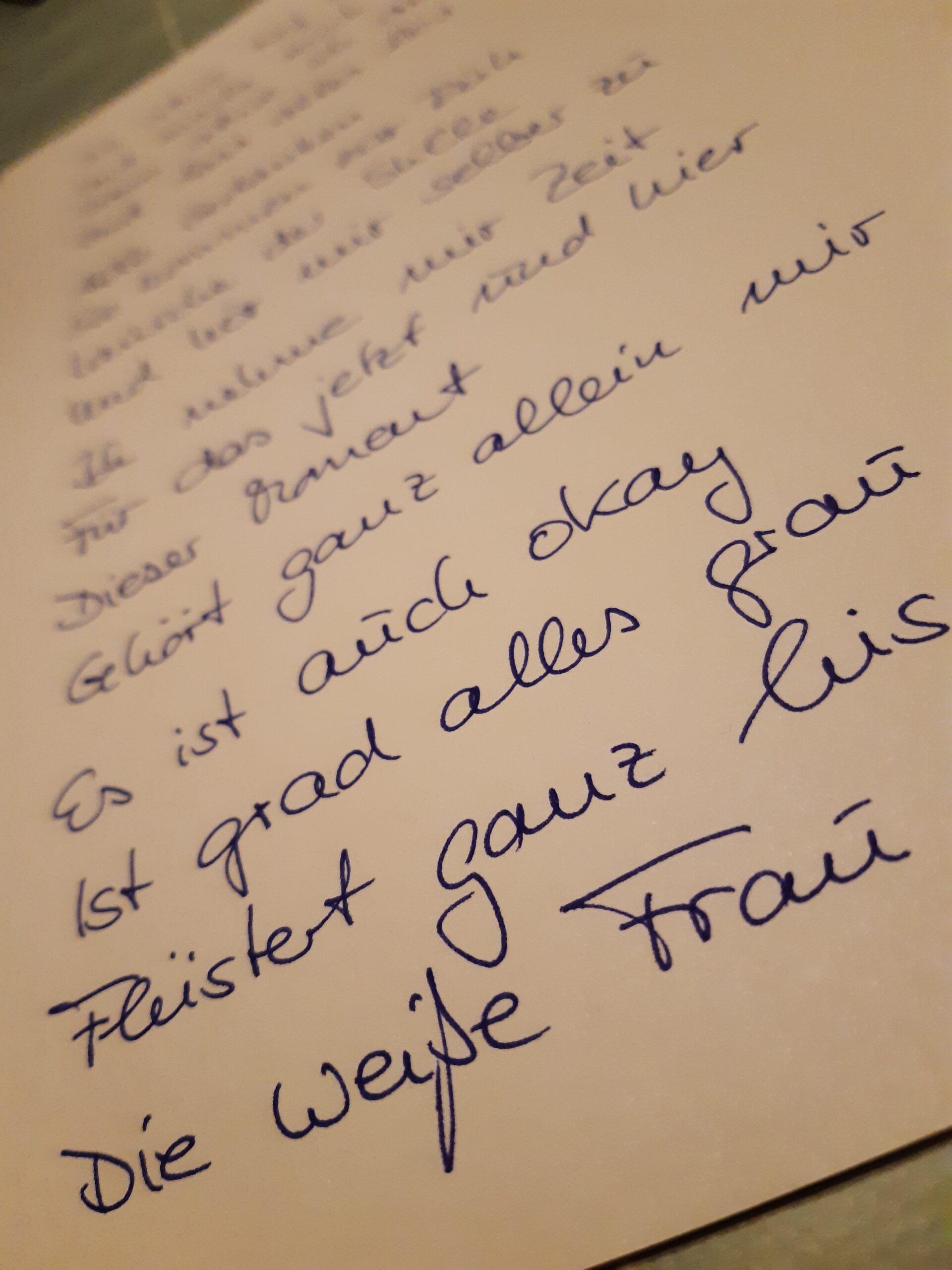 Foto Gedicht die weiße Frau in blauer Handschrift auf weißem Papier zum Thema Achtsamkeit