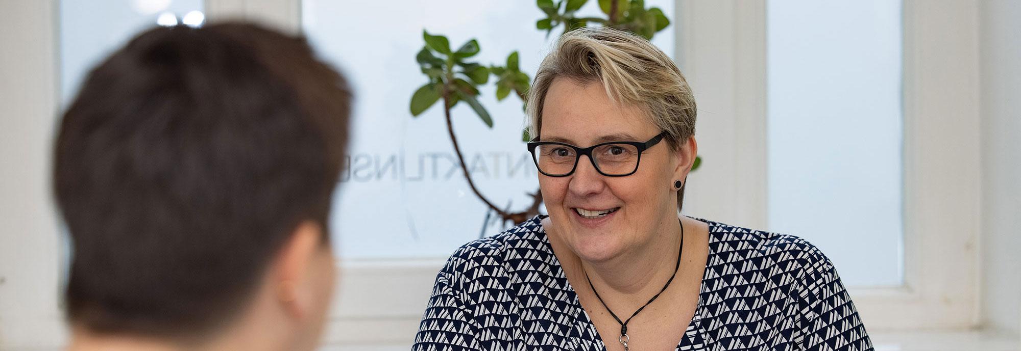 Coachin Mechthild Berges im Gespräch mit einer Klientin