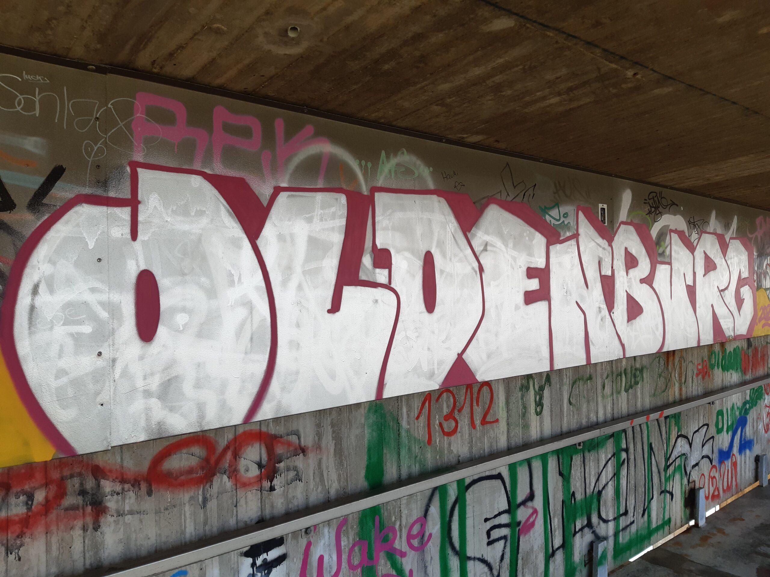 """Foto Silberner Graffiti Schriftzug """"Oldenburg"""" auf der Überwegung über der Huntebrücke in Oldenburg"""