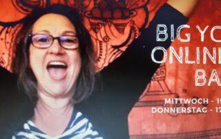Foto Big Yoga mit Anja Liedtke, eine übergewichtige Frau jubelt und reißt die Arme nach oben und freut sich